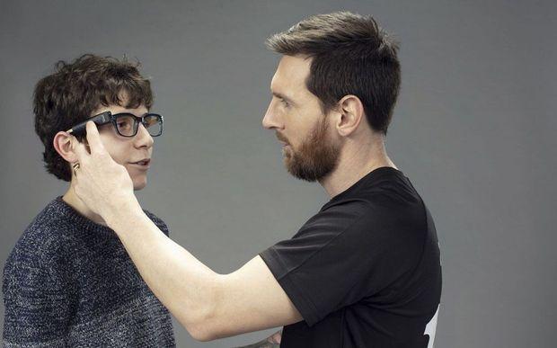 Lionel Messi, ambassadeur de la marque, montre le modèle miniaturisé qui peut se fixer sur une branche de lunettes.