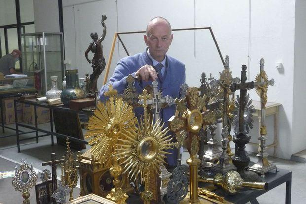 Patrice Biget organise des ventes d'art sacré dans son étude d'Alençon et ne craint pas de susciter la polémique. Prochaines enchères le 3 octobre.
