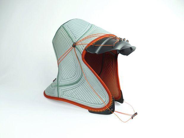 Caquette Owantshoozi en pot de fleurs, bottes en caoutchouc, voile de parachute, toile de tente, bassine en plastique, couverture en laine et suspente de parapente.