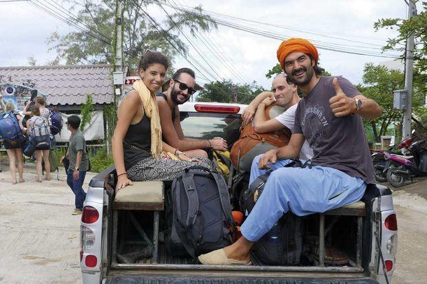 Jour 47 En Thaïlande, à l'arrière d'un pick-up avec d'autres routards.