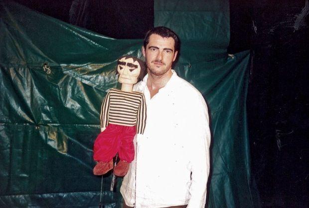 Au Cours Florent en 2001, dans une adaptation de « La strada », le film de Fellini. Arnaud avec la marionnette représentant le forain Zampano.