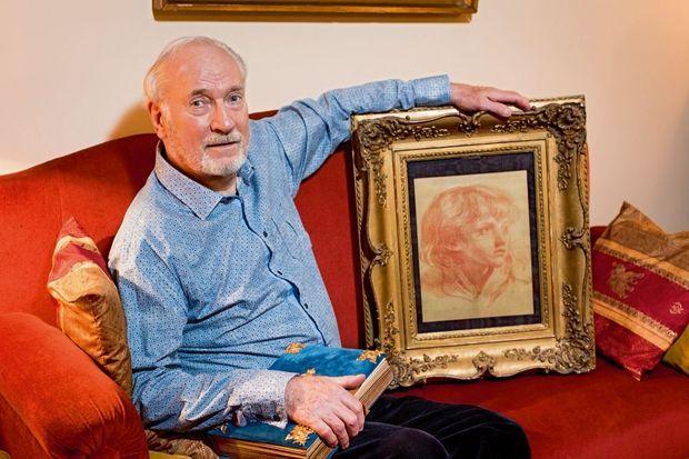 Carlos Leresche présente le portrait de Mozart par Greuze, un dessin à la sanguine qu'il a identifié il y a vingt-deux ans. Sous sa main droite, l'album de Liane de Pougy.