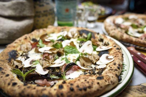 dans chacun de leurs restaurants, les pizzas napolitaines sont vendues à partir de 5 euros et cuites dans la tradition, au four à bois. Ici, à la truffe.