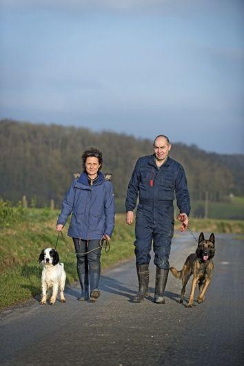 Isabelle Fromentin, de l'Institut Curie, avec Didier, éducateur, et les deux super chiens renifleurs, Milou et Nykios.