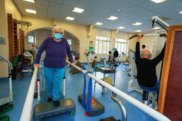 Ultimes exercices pour Margot C., 64 ans, qui va bientôt rentrer chez elle.