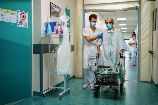 Quelques pas dans le couloir pour Gérard L., 70 ans, contaminé dans un autre hôpital après l'ablation d'un poumon, en octobre.