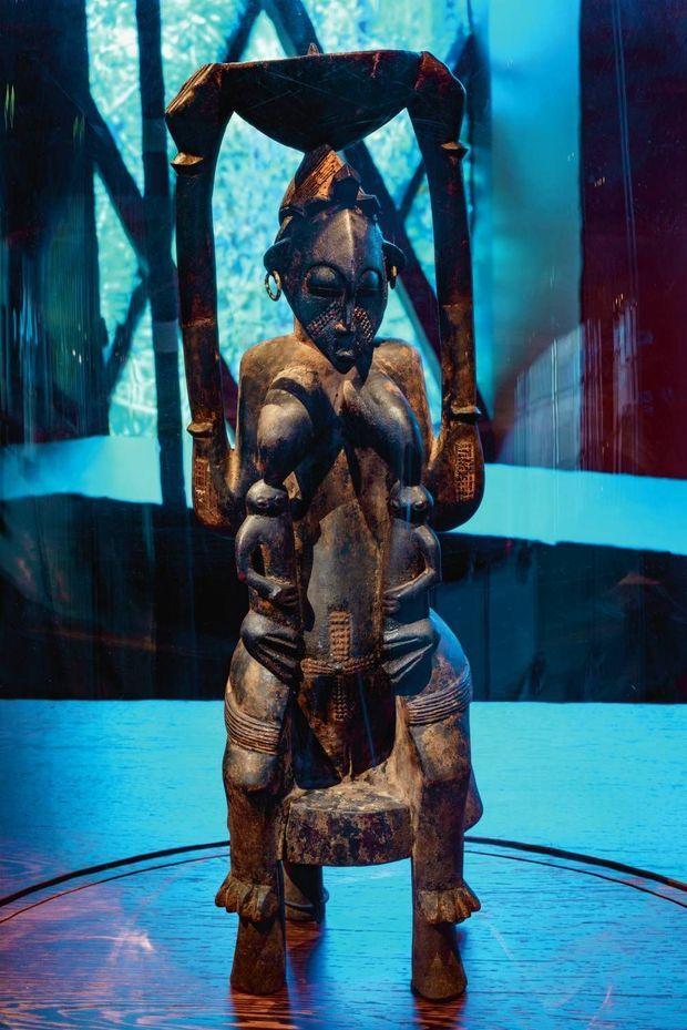 Maternité assise Sénoufo en bois et métal. Côte d'Ivoire, avant 1952.