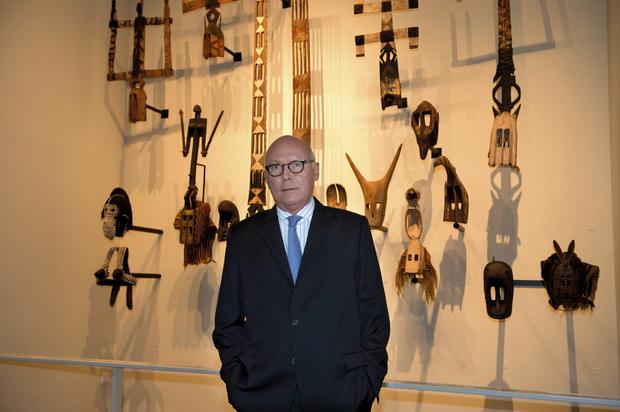 Stéphane Martin devant des masques dogons, au musée du Quai-Branly.