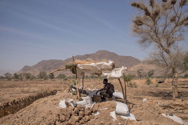 Une sentinelle des commandos camerounais surveille les accès à Kolofata, sur la frontière avec le Nigeria.