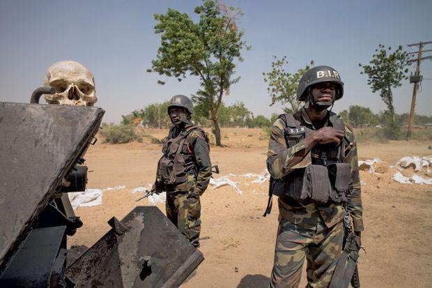 A l'entrée du QG du BIR, un crâne de Boko Haram abattu lors d'une attaque.