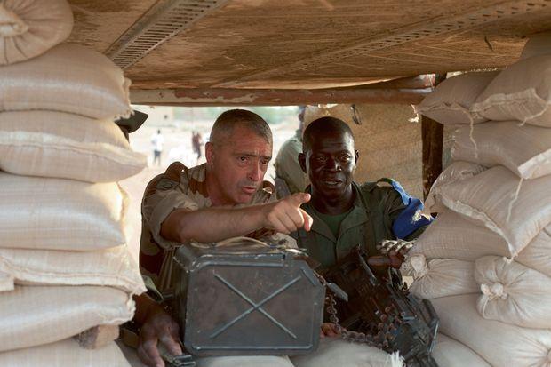 En inspection dans un poste malien qui vient d'être attaqué par un kamikaze, à la sortie de Gao.
