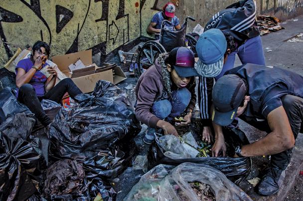 Caracas, février 2017. certains parents font les poubelles pour nourrir leur famille