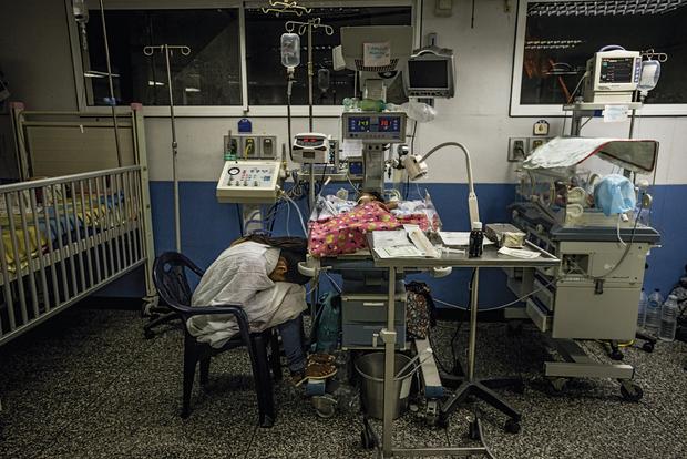 Albiannys Castillo veille Dayferlin, sa fille de 5 mois, admise à l'hôpital pédiatrique Zubillaga. Barquisimeto, août 2017.