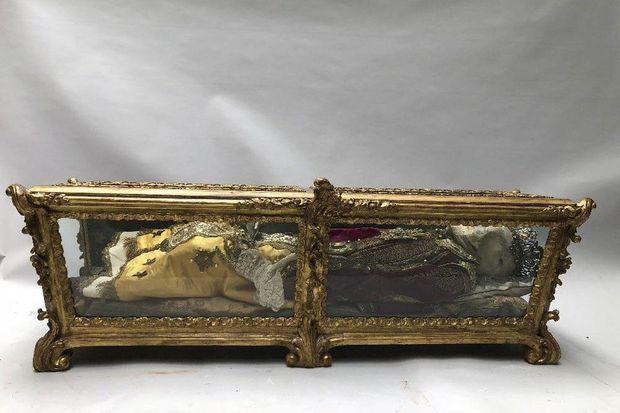 Stupéfiante, cette châsse reliquaire du XVIIIe siècle, longue de 1,30 mètre, abrite le corps d'une petite martyre. Estimée entre 9 000 et 10 000 euros, elle a été considérée comme choquante et retirée d'une vente en ligne en mai dernier