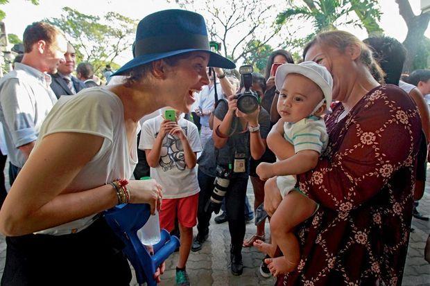 Marion Cotillard appuyée sur ses béquilles, au lycée français de Manille, vendredi 27 février.