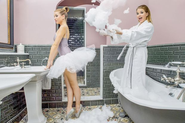 EnjoyPhoenix règne sur la salle de bains... et Marie Lopez fait ses grands débuts sur pointes.