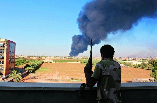 Sur l'aéroport de Benghazi, fermé depuis le mois de mai, les avions de ligne côtoient les débris de roquettes.