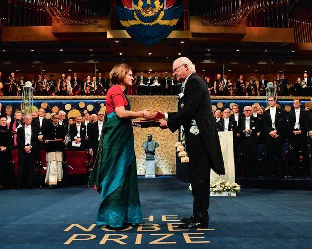 Le 10 décembre 2019, au Stockholm Concert Hall, le roi Carl Gustaf remet le prix à Esther Duflo, vêtue d'un sari en hommage à l'Inde.