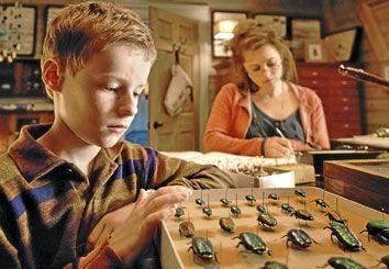 A g., une scène du film, avec Kyle Catlett (T.S. Spivet) et Helena Bonham Carter (Dr Clair).
