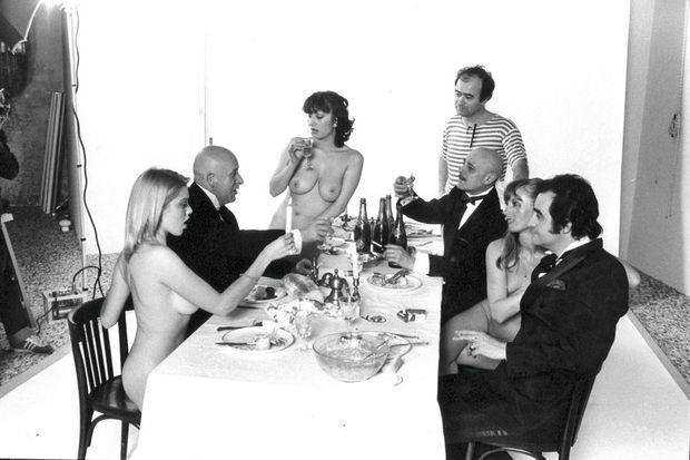 Presque tous les membres de la bande à « Charlie » posent aussi pour les romans-photos paillards de « Hara Kiri » : avec Wolinski (debout), Jean-Marie de Busscher (à g.), Choron, et leur invité Dick Rivers. Parmi les « Hara Kiri's girls », à g., la star du porno Marilyn Jess.