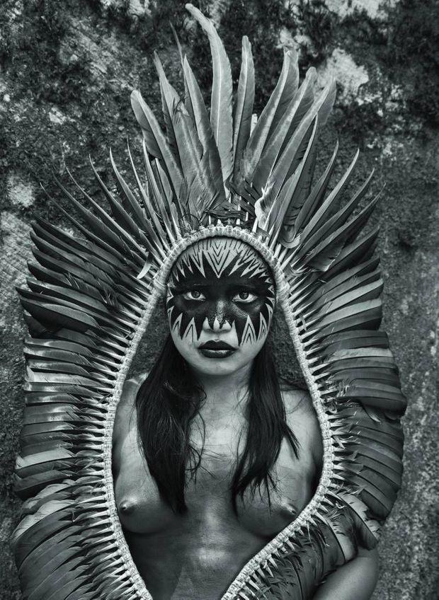 Bela Yawanawa, du village de Mutum, avec une coiffe et le visage peint.