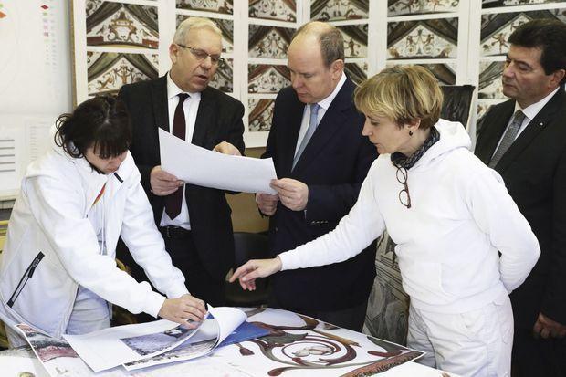 Le prince visite régulièrement l'équipe. Ce chantier dont il est maître d'ouvrage lui tient à cœur.