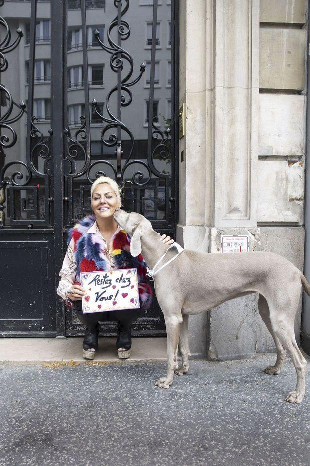 Pendant le confinement à Paris, le 29 avril, avec Madame, sa chienne braque.