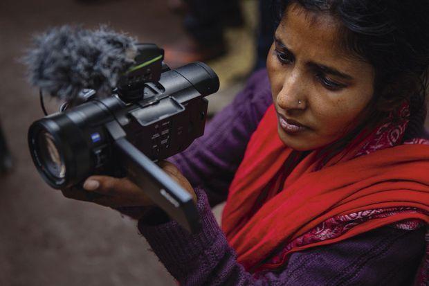 Aruna a été jetée à la rue lors d'émeutes contre sa caste. Depuis, elle est devenue journaliste militante pour une chaîne YouTube qui parle de ces éternels laissés-pour-compte.