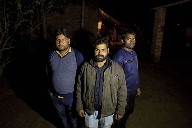 la Bhim Army met la pression sur les autorités. Deepak, l'un de ses activistes (blouson kaki), jugé trop radical, sort juste de prison.