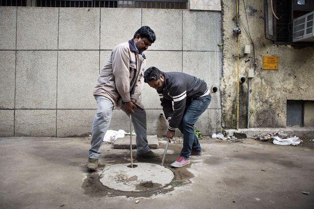 Les intouchables de la caste des valmiki travaillent souvent à curer les égouts.