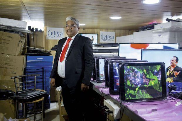 Lakhmi Chandra, dalit « undercover », a pu créer son entreprise d'écrans plats à Delhi. Mais rien n'est pourtant acquis : il cache ses origines, par peur de perdre tous ses clients.
