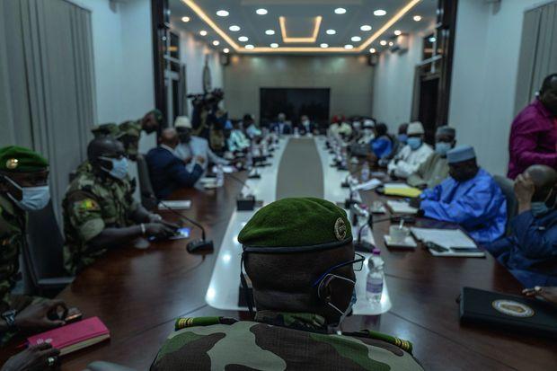 Malick Diaw (de dos), vice-président de la junte, lors de l'entretien du 31 août avec les représentants politiques au ministère de la Défense.