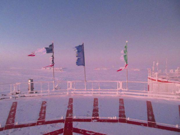 Les drapeaux français, européen et italien, à la fin de l'hiver. Ils ont été hissés flambant neufs, neuf mois auparavant.
