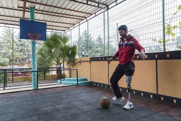 Mohammed joue au foot avec sa prothèse.