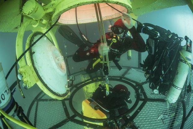 Un exercice de sauvetage: si l'un des plongeurs a un malaise, ses coéquipiers le ramèneront à bord grâce à un système de cordes amarrées à la tourelle. Deux membres de l'équipe ont une formation de secouriste.