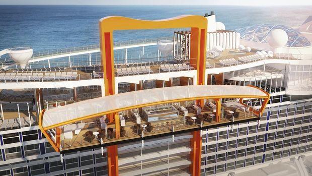 Le Magic Carpet, un espace lounge unique au monde, qui s'élève au-dessus du bateau ou s'abaisse au niveau de la mer.