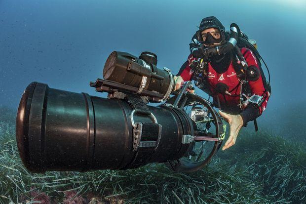 Thibault Rauby avance à l'aide d'un scooter électrique surmonté d'un radar acoustique prêté par la société Neotek, qui équipe la marine nationale. Un dispositif essentiel pour ne pas se perdre.