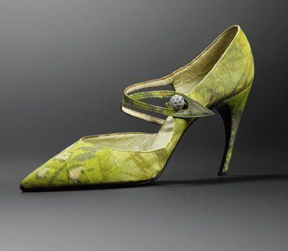 1955 Escarpin pour femme et son talon en forme de virgule appelé Choc, Roger Vivier pour Christian Dior.