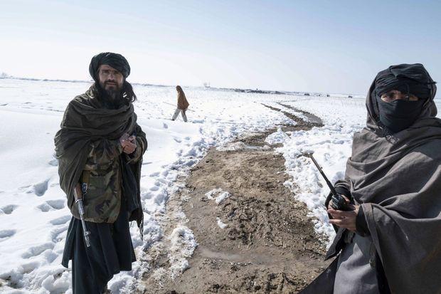 Les deux hommes désignés pour nous emmener sur le site nous expliquent qu'on ne peut pas s'en approcher : impossible de localiser les mines qu'ils y ont déposées.