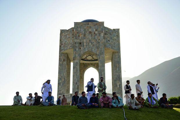 Le mausolée où repose le commandant Massoud. S'y retrouvent, ce jour-là, les hommes du clan mais aussi des délégations de Kandahar et Jalalabad venues montrer leur soutien.