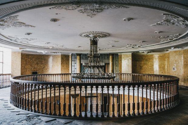 L'immense chandelier surplombe toujours le hall d'entrée du Metalurgi, l'un des sanatoriums les mieux préservés de Tskaltubo.