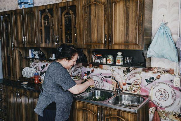 Leila, 66 ans, dans sa cuisine au sanatorium Metalurgi, dont on aperçoit encore les splendeurs passées. Sa famille a fui la guerre. Elle et son mari n'ont jamais retrouvé d'emploi et survivent avec 150 euros par mois.