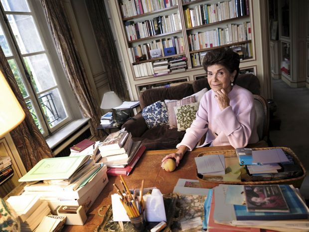 Dans le bureau de Jean d'Ormesson, à Neuilly-sur-Seine, le 10 novembre. Le canapé garde l'empreinte du romancier qui le préférait au bureau pour travailler.