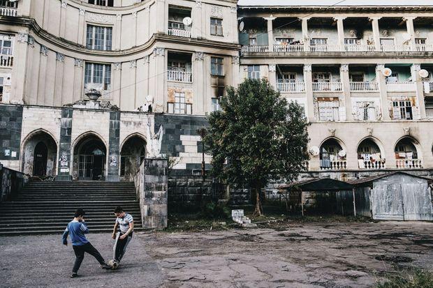 Saba et Murman jouent au foot devant le majestueux Tbilisi, où ils habitent depuis leur naissance.