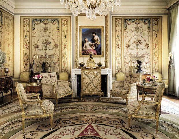 Le grand salon. A droite, sur la commode, « Enlèvement d'une Sabine », bronze de la Couronne n° 335. Estimé entre 2,5 millions et 5 millions d'euros.
