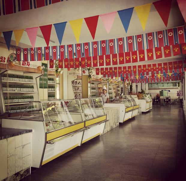 Dans les magasins, peu de monde et peu de marchandises mais beaucoup de drapeaux nationaux.