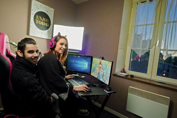 Ancien chaudronnier, Gregory, 21 ans, a rencontré Catherine, 20 ans, sur une plateforme de téléchargement de jeux vidéo. Ils filment leurs parties et engrangent des vues sur YouTube… et des euros.