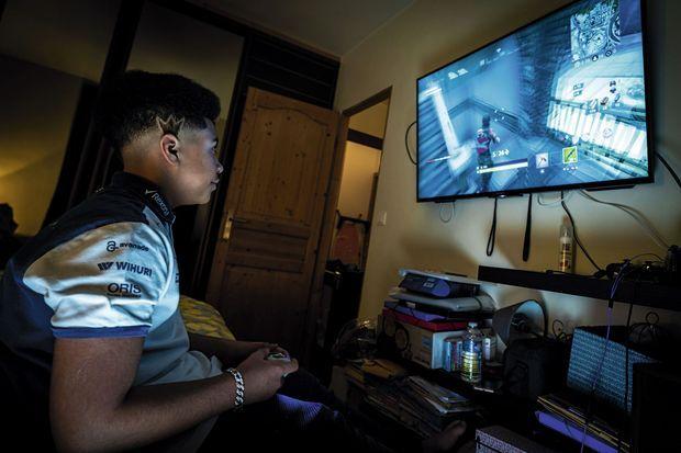 Pour que ses avatars soient « stylés », Eliott, 13 ans, achète tenues et gadgets, une façon de faire la différence dans la cour de récré. En un an, la facture s'élève à 240 euros.