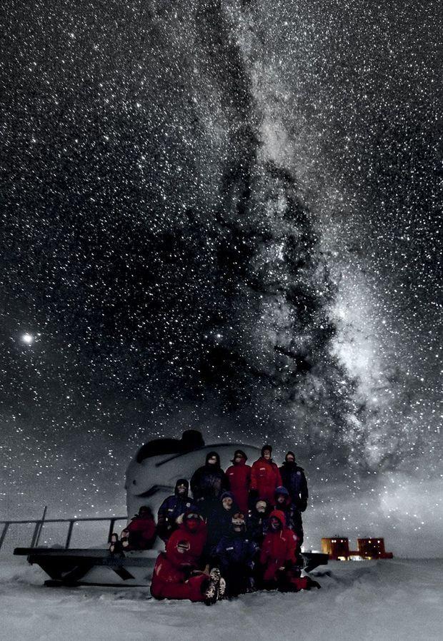 Un après-midi en hiver dans l'Antarctique. Au-dessus de l'équipe, dans l'atmosphère fine et sèche du pôle, la Voie lactée et des milliards d'étoiles.