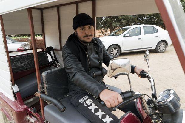 Diaa a perdu ses deux jambes. Son véhicule a été adapté pour sa conduite.